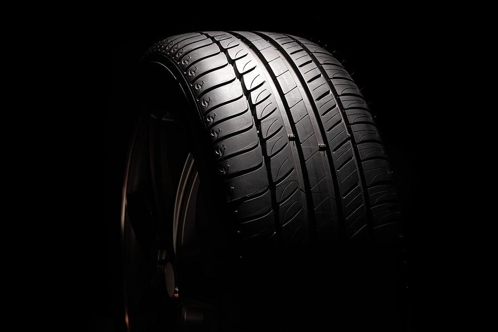 O TWI, representado por pequeno ressalto de inserido nos sulcos, é um indicador para a troca de pneus.