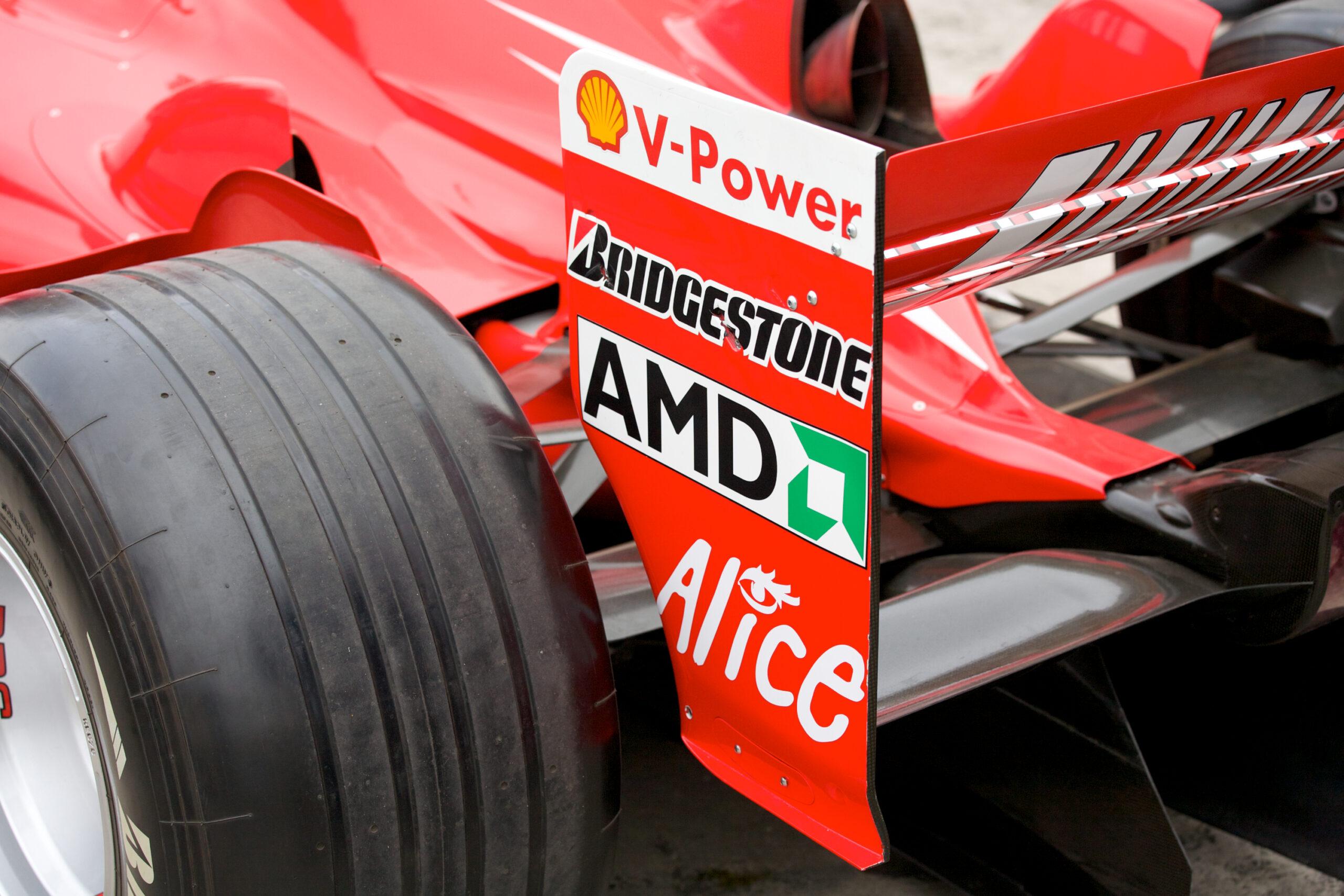 Aerofólio traseiro de um carro de Fórmula 1 da Ferrari.
