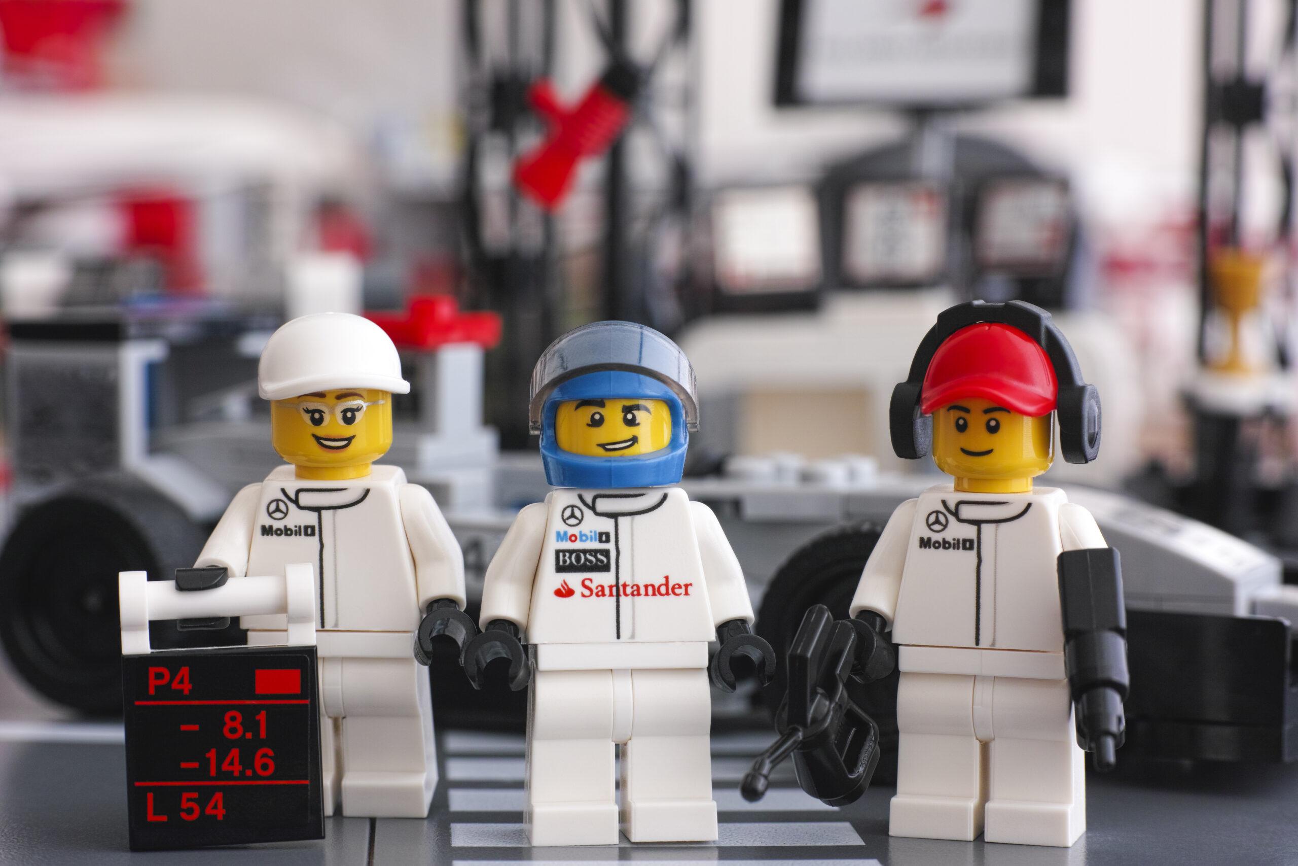 Peças de Lego simulando uma equipe de Fórmula 1.