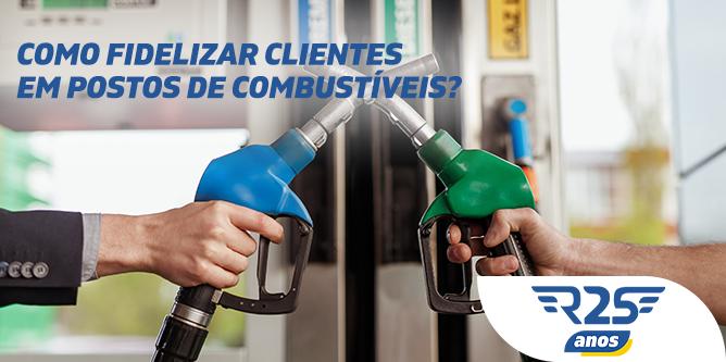 Uma mão segurando uma bomba de combustível azul e outra segurando uma verde, ambas se cruzam. Acima, o título do artigo Como fidelizar clientes em postos de combustíveis.