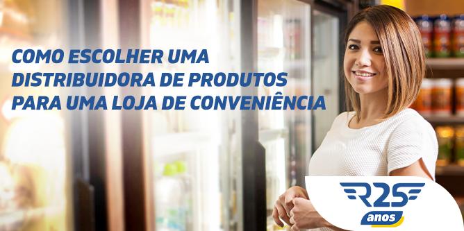 Cliente escolhe produtos dentro de uma loja de conveniência em um posto de gasolina