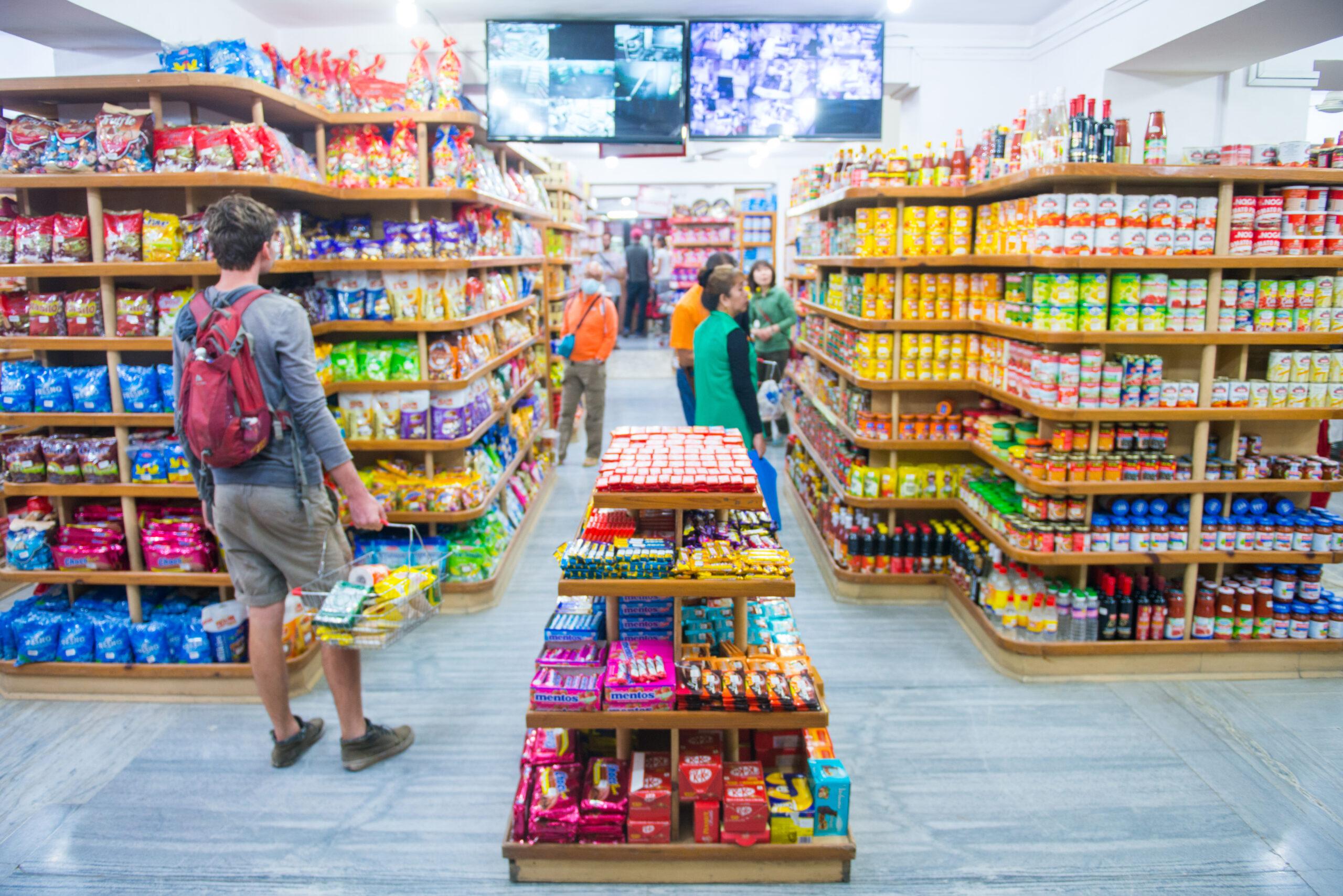 Produtos distribuídos em uma loja de conveniência